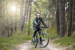 Mannen rider en cykel i skogen Royaltyfri Fotografi