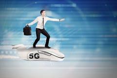 Mannen rider en nivå med symbol för nätverk 5G royaltyfri bild