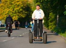 Mannen rider Segway Royaltyfria Bilder