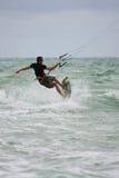 Mannen rider vågor Parasail som surfar av den Florida kusten Arkivfoto
