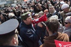 Mannen ropar på munstycket för protesthandlingar royaltyfri fotografi