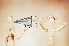 Mannen ropar till en annan med en megafon Royaltyfria Foton