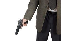Mannen rymmer en pistol i hans hand arkivfoton