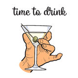 Mannen rymmer en vinglas med genomskinlig alkohol royaltyfri illustrationer