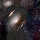 Mannen rymmer galaxen Royaltyfri Foto