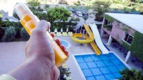 Mannen rymmer sunscreen arkivfoto