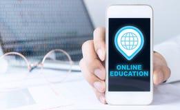 Mannen rymmer telefonen för online-utbildning Royaltyfria Foton