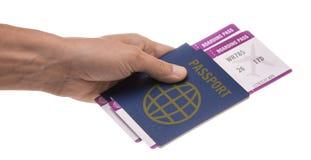 Mannen rymmer två pass och två flygplanbiljetter i hans hand bakgrund isolerad white Royaltyfri Fotografi