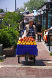 Mannen säljer fruktfruktsaft på gatan av Istanbul Arkivfoto