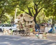 Mannen säljer ratan möblemang Royaltyfri Fotografi