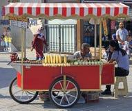 Mannen säljer stekt havre och kastanjebrunt utomhus- i Istanbul Arkivfoton
