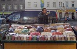 Mannen säljer tokiga och torkade frukter Arkivfoto