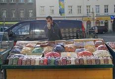 Mannen säljer tokiga och torkade frukter Arkivfoton