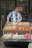 Mannen säljer tokiga och torkade frukter Arkivbilder
