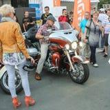 Mannen sätter en motorcykelparkering Royaltyfri Fotografi