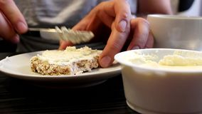 Mannen sätter ost på rostat bröd lager videofilmer