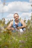 Mannen samlar medicinska örter Arkivfoto