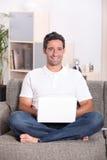 Mannen satt hemma Royaltyfri Foto