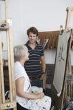 Mannen ser den mogna konstnären Draw Portrait arkivbilder