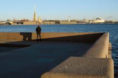 Mannen ser den Peter och Paul fästningen Royaltyfri Foto