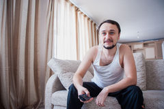 Mannen ser en intressant film Arkivfoton