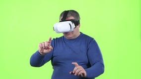 Mannen ser exponeringsglas 3d grön skärm långsam rörelse stock video