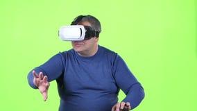 Mannen ser exponeringsglas 3d grön skärm långsam rörelse lager videofilmer