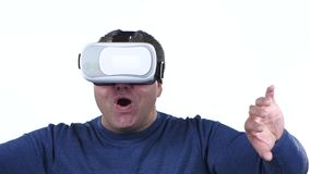Mannen ser exponeringsglas 3d Vit bakgrund close upp långsam rörelse lager videofilmer