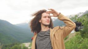 Mannen ser framåt in i avstånd med berget arkivfilmer