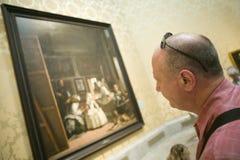 Mannen ser Las Meninas av Velazquez som visas i museet de Prado, det Prado museet, Madrid, Spanien Arkivbild
