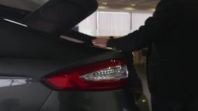 Mannen ser stammen i bilåterförsäljaren arkivfilmer