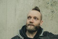 Mannen ser upp framme av en vägg arkivfoton
