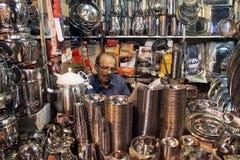 Mannen shoppar in Arkivbilder