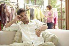 mannen shoppar kvinnan arkivbilder