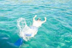 Mannen simmar i havet Royaltyfria Bilder