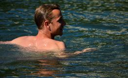 Mannen simmar på floden Royaltyfri Fotografi