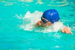 Mannen simmar snabbt i pölen royaltyfri fotografi