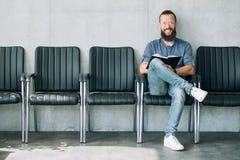Mannen sitter för stolintervju för rad tomt hyra för jobb arkivfoto