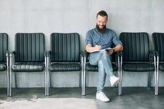 Mannen sitter radstolar skriver intervjuplatsansökan royaltyfri bild