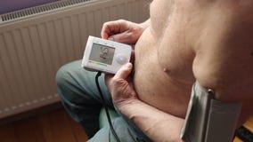 Mannen själv mäter trycket arkivfilmer