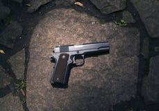 Mannen skjuter ett vapen på ett mål Arkivfoto