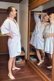 Mannen skrattar med deras kopior i spegeln Royaltyfri Fotografi