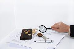 Mannen skriver en penna på ett skattdokument Royaltyfri Fotografi