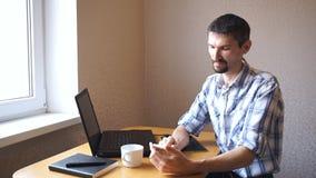 Mannen skriver i regeringsställning sms arkivfilmer