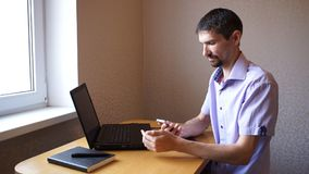 Mannen skriver sms då svarar påringning lager videofilmer