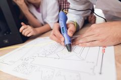 Mannen skriver vid pennan 3d under en kurs i grupp Arkivfoton