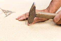 Mannen slogg hans finger med en hammare Yrkesmässigt snickeri, träverk och folk begrepp av skadan i arbetsplatsen kopiera avst?nd royaltyfri bild