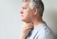 mannen smärtar halsen Royaltyfria Bilder