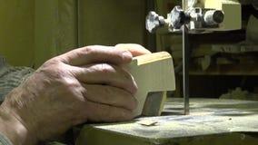 Mannen snider i trät Folkhantverk trä Folk teknologi upplösning 4K stock video