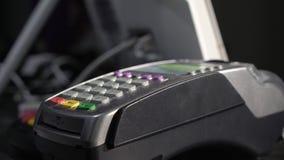 Mannen som använder betalningterminalen med smartphonen shoppar in arkivfilmer